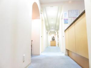 つるみ矯正歯科 個室診療室の廊下
