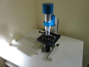 歯周病菌を検査する位相差顕微鏡